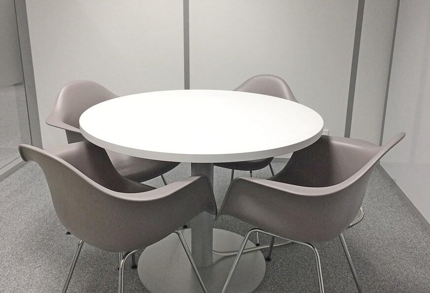 Белый круглый стол купить для заведений общепита, офисов